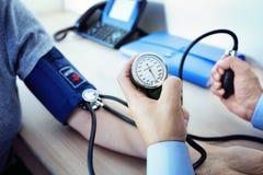 患者医生评定的血压 库存图片