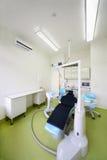 患者和查询的椅子牙科医生的 免版税库存照片