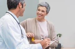 患者和医生谈话 免版税库存照片