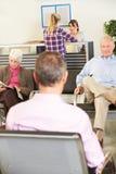 患者在医生的候诊室 免版税库存照片