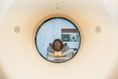 患者的关闭CT扫描X线体层照相术的在医院,射击通过设备管  选择聚焦 库存图片