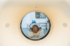 患者的关闭CT扫描X线体层照相术的在医院,射击通过设备管  选择聚焦 免版税库存图片