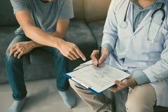患者诊断与疾病的作用和指向医生报告并且谈论作用 图库摄影