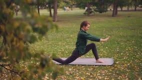 悦目小姐有室外瑜伽实践在公园,做着在席子的锻炼享受活动的她,新鲜 股票视频