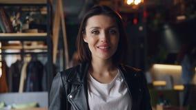 悦目年轻女人画象咖啡馆微笑的笑的看照相机 股票录像