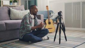 悦目非裔美国人的博客作者为讲话网上的vlog调整在然后记录录影的三脚架的照相机和 影视素材