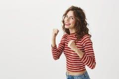 您不应该告诉我我增了重 演播室射击了片断微笑可爱的妇女举拳头和,是 库存图片