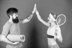您也许坚强,但是我们是更强的 r 与健身席子网球拍的运动的夫妇训练 ?? 免版税库存图片
