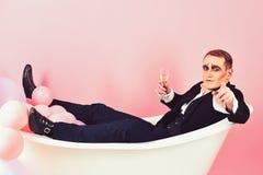 您将加入我 模仿演员喜欢沐浴在浴盆 沐浴和放松 笑剧人有庆祝党与 免版税库存图片