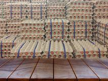 您的产品和许多鸡蛋的木桌布局在backgro 库存图片