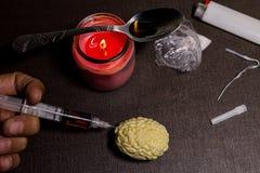 您的在药物的脑子 海洛因和针 射击的去生活 它为个体和社会导致的瘾和问题 免版税图库摄影