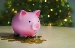 您的大购买礼物的存钱罐圣诞节 免版税图库摄影