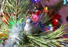 您的家的美丽,明亮,五颜六色的装饰和一棵圣诞树一个圣诞节和新年假日 免版税库存图片