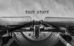 您的故事键入了在葡萄酒打字机的词 库存图片