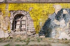 您的文本的空白的背景 一条难看的东西老街道的纹理在门面墙壁上的有破裂的油漆的 免版税库存照片