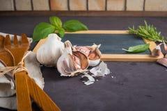您的文本的黑板,在石桌上的新鲜的庭院草本 水池的 免版税库存照片