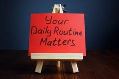 您的每日定期事态手写在一张纸 免版税库存照片