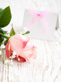 您的消息和粉红色玫瑰的空插件 图库摄影