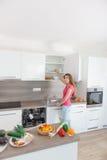 您的现代厨房的一个少妇 免版税库存图片