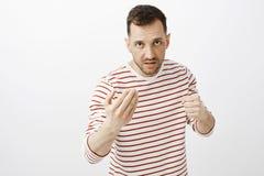 您的面孔烦死我 画象愤怒的恼怒的成年男性,显示来的这里打手势和举拳头,看从 免版税库存照片