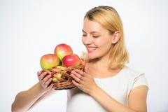 您的饭食的大部分将包括苹果 女孩举行篮子有苹果白色背景 新陈代谢和 库存图片