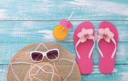 您系列节日快乐的夏天 在木背景的海滩装 免版税图库摄影