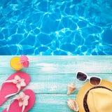 您系列节日快乐的夏天 在木背景的海滩装 库存图片