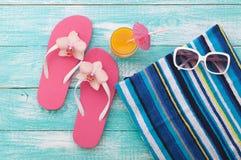 您系列节日快乐的夏天 在木背景的海滩装 免版税库存照片