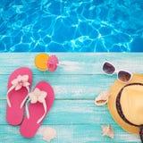 您系列节日快乐的夏天 在木背景的海滩装 图库摄影