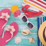 您系列节日快乐的夏天 在木背景的海滩装 免版税库存图片