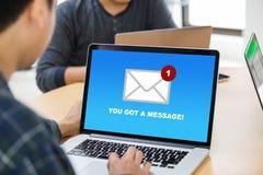 您` ve收到了在膝上型计算机屏幕概念的邮件消息 库存图片