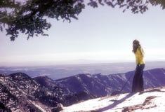 悬崖的横越全国的滑雪者@ 10,000英尺 库存照片