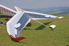 悬挂式滑翔机准备飞行 免版税库存照片