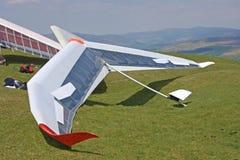 悬挂式滑翔机准备飞行 图库摄影