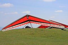 悬挂式滑翔机准备飞行 库存照片