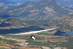 悬挂式滑翔机在法国阿尔卑斯 免版税图库摄影