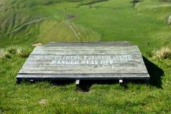 悬挂式滑翔发射台高在草甸上 库存照片