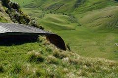 悬挂式滑翔发射台高在草甸上 库存图片