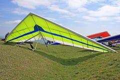 悬挂式滑翔机准备飞行 免版税图库摄影