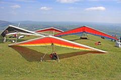 悬挂式滑翔机准备飞行 库存图片