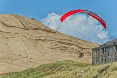 悬挂式滑翔机在公寓房` s附近上涨在和平的城市 库存照片