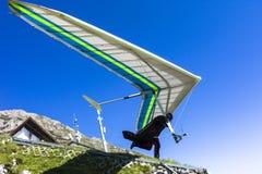 悬挂式滑翔机在奥地利阿尔卑斯离开 库存图片