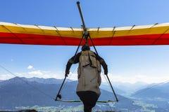 悬挂式滑翔机在奥地利阿尔卑斯离开 图库摄影
