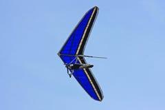 悬挂式滑翔机飞行 库存图片
