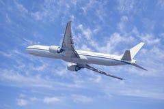 悬而未决双发动机的喷气式飞机 免版税库存照片