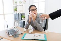 悲伤不快乐的女性办公室工作者得寒冷 免版税库存图片