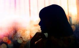 悲伤妇女的侧视图画象,在奇恩角,剪影的手 库存图片
