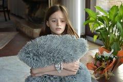 悲哀看的女孩 免版税库存图片