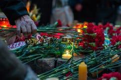 悲哀蜡烛和花在饥荒种族灭绝饥饿Holodomor记忆里  免版税图库摄影