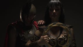 悲怆亚马逊站立与争斗盘,罗马军团在肩膀接近她并且说谎 影视素材